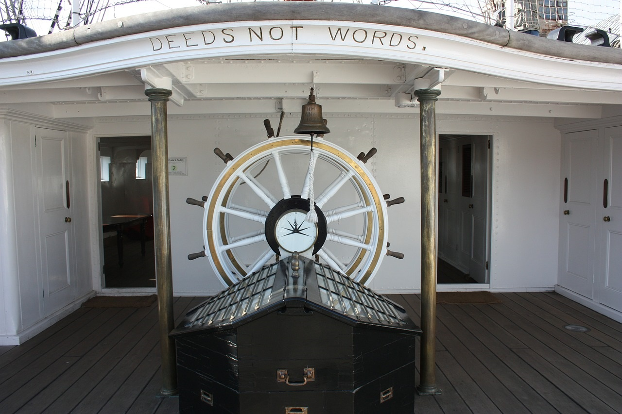 Ship wheelhouse-456838_1280